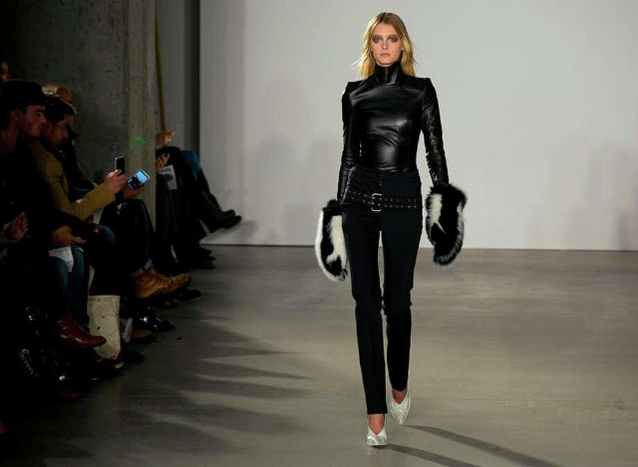 Una creación de Joseph Altuzarra es ofrecida en la pasarela de la Semana de la Moda en Nueva York el sábado 9 de febrero de 2013. (Foto AP/Craig Ruttle) Photo: Craig Ruttle, Express-News / FR61802 AP
