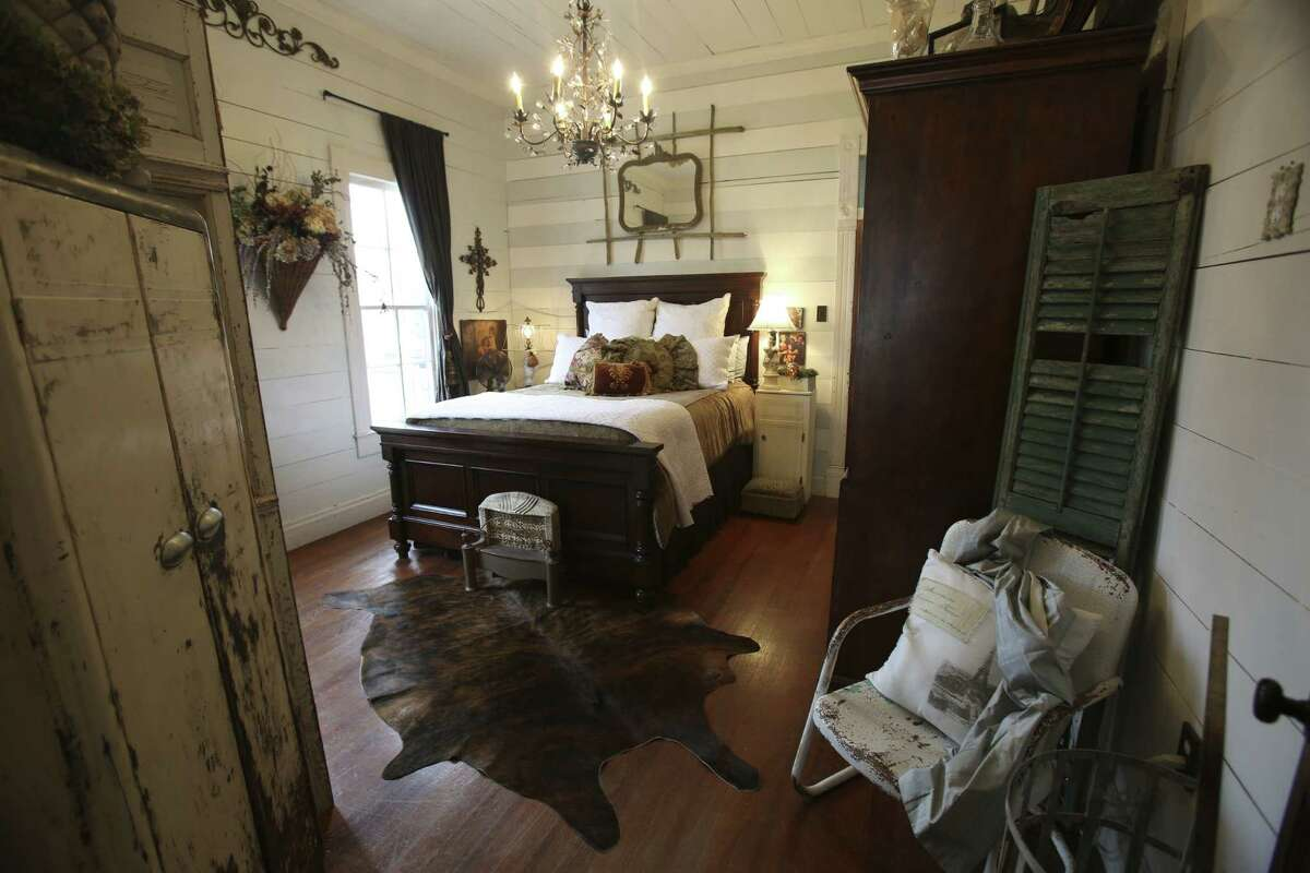 Exposed wood walls and oak floors drew Jayme and Shane Boscamp to their one-bedroom cottage in New Braunfels.
