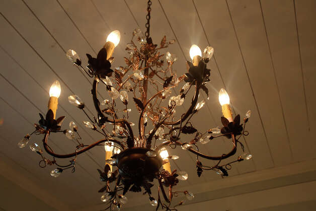 Master bedroom chandelier. Photo: Helen L. Montoya, San Antonio Express-News / ©2013 San Antonio Express-News