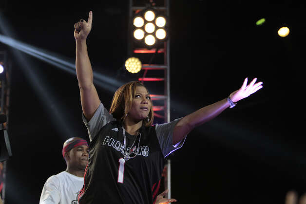 Rapper Queen Latifah hypes up the crowd during the 2013 Sprint All-Star Celebrity game. Photo: Billy Smith II, Houston Chronicle / © 2013 Houston Chronicle