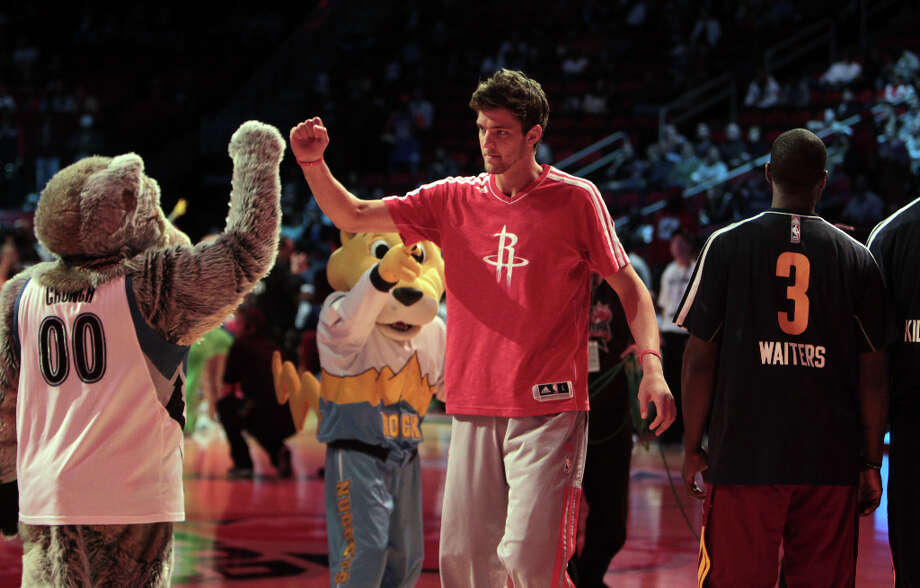 Team Shaq forward Chandler Parsons of the Rockets takes the court. Photo: James Nielsen, Chronicle / © Houston Chronicle 2013