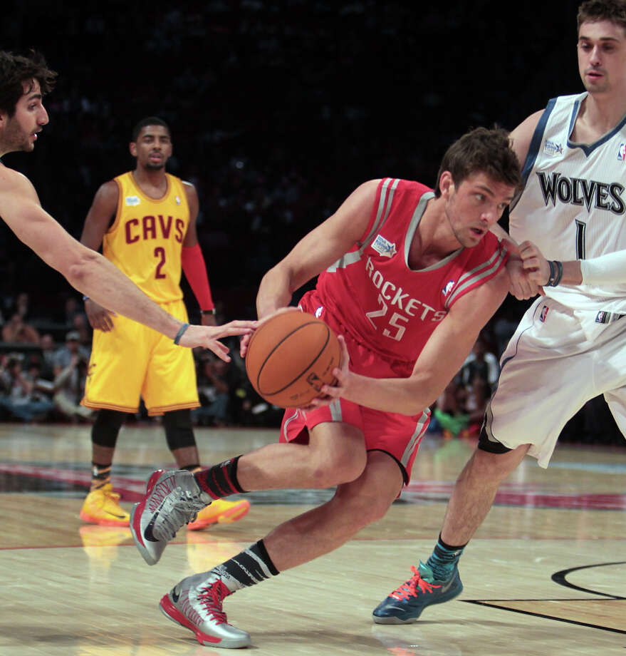 Chandler Parsons of the Rockets drives to the basket as Alexey Shved of the Timberwolves defends. Photo: James Nielsen, Chronicle / © Houston Chronicle 2013