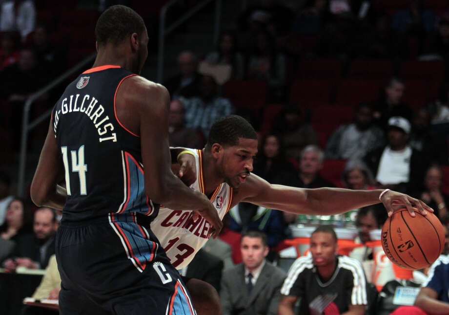 Tristan Thompson of the Cavaliers drives pas Michael Kidd-Gilchrist of the Bobcats. Photo: James Nielsen, Chronicle / © Houston Chronicle 2013