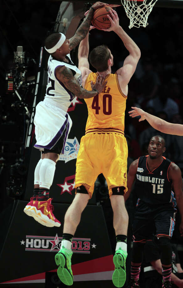 Isiah Thomas of the Kings blocks a shot by Tyler Zeller of the Cavaliers. Photo: James Nielsen, Chronicle / © Houston Chronicle 2013