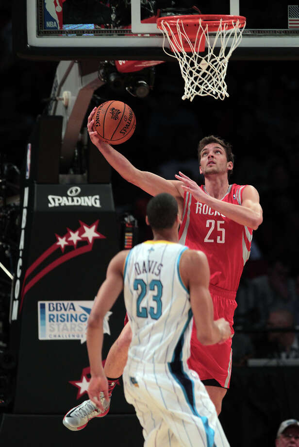 Chandler Parsons of the Rockets goes to the basket as Anthony Davis of the Hornets looks on. Photo: James Nielsen, Chronicle / © Houston Chronicle 2013
