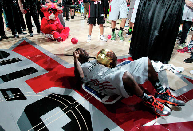(l-r) After being named MVP of the Celebrity game comedian Kevin Hart falls to the floor with the MVP trophy during the 2013 Sprint All-Star Celebrity game. Photo: Billy Smith II, Houston Chronicle / © 2013 Houston Chronicle