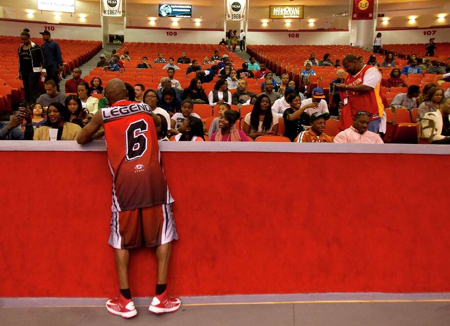 Darrell Armstrong signs autographs for fans. Photo: Cody Duty / © 2013 Houston Chronicle