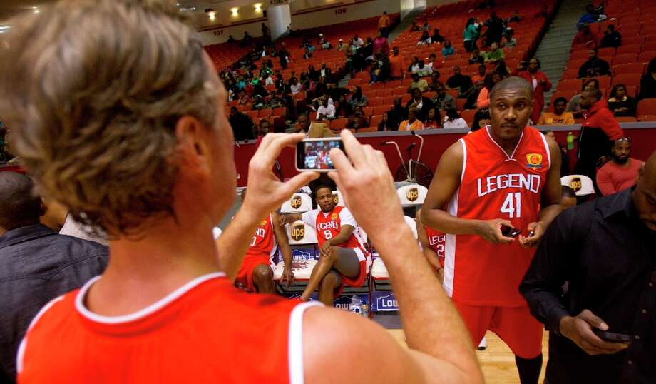 Christian Laettner takes a photo of teammate James Posey. Photo: Cody Duty / © 2013 Houston Chronicle