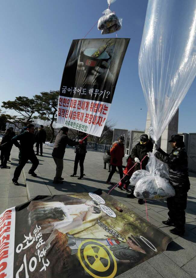 North Korean defectors and South Korean activists prepare to launch helium balloons carrying leaflets, seen at bottom of balloon, during an anti-North Korea rally denouncing North Korea's third nuclear test. Photo: AP