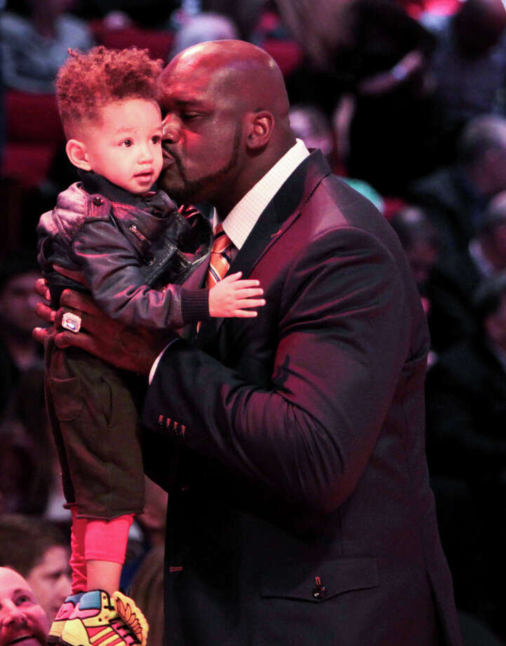 Shaquille O'Neal kisses Alicia Keys son Egypt. Photo: James Nielsen, Houston Chronicle / © 2013  Houston Chronicle
