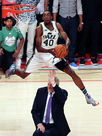 Jeremy Evans of the Utah Jazz dunks over former Jazz player Mark Eaton. Photo: Edward A. Ornelas, San Antonio Express-News / © 2013 San Antonio Express-News