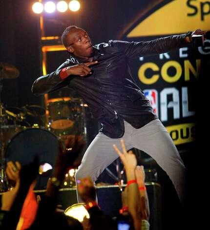 Olympic gold medalist sprinter Usain Bolt plays to the crowd. Photo: Cody Duty / © 2013  Houston Chronicle