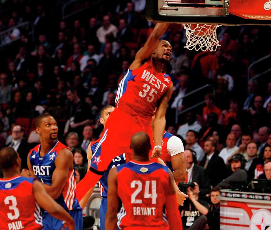 Kevin Durant of the Oklahoma City Thunder (35) goes up for a dunk during the first half. Photo: James Nielsen / © 2013  Houston Chronicle