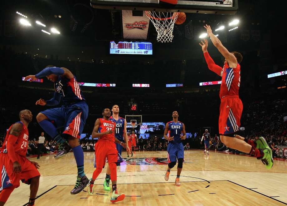 Blake Griffin of the Los Angeles Clippers (32) goes up for a dunk as Carmelo Anthony of the New York Knicks (7) falls out of the way during the first half. Photo: James Nielsen / © 2013  Houston Chronicle