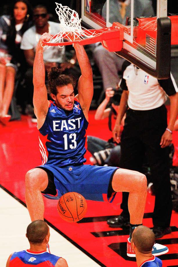 Joakim Noah of the Chicago Bulls (13) dunks the ball during the second half. Photo: Cody Duty, Houston Chronicle / © 2013  Houston Chronicle