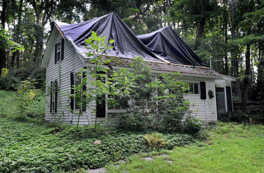 A vacant, two-story cottage at 186 Whisconier Road in Brookfield, Conn. Photo: Carol Kaliff / The News-Times