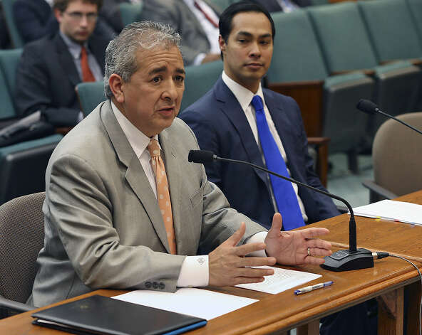 Robert Puente, San Antoni Water Systems CEO, takes turns speaking with San Antonio Mayor Julian Castro before the House Committee on Natural Resources in Austin on Tuesday. Photo: Tom Reel / San Antonio Express-News