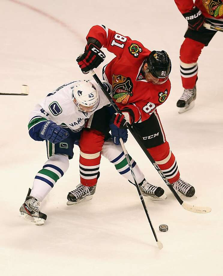 Marian Hossa (right) of Chicago struggles with Jordan Schroeder. Photo: Jonathan Daniel, Getty Images