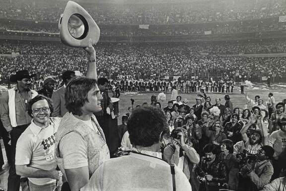PHOTO FILED: HOUSTON OILERS- 1979.   01/08/1979 - Houston Oilers Quarterback Dan Pastorini salutes a crowd of Luv Ya Blue fans in the Astrodome. More than 50,000 Oiler fans packed the dome for a rally after the Oilers lost the AFC title game in Pittsburgh. HOUCHRON CAPTION (09/02/1979): Dan Pastorini waved to the crowd that filled the Astrodome to cheer the Oilers after the team came within a game of the Superbowl. HOUCHRON CAPTION (12/26/1990): Quarterback Dan Pastorini raises his hat to salute 45,000 cheering fans who crowded into the Astrodome for a mammoth pep rally after the Oilers lost the 1979 AFC Championship Game to the Steelers 34-5.  HOUCHRON CAPTION (08/29/1993): Quarterback Dan Pastorini saluted the crowd as more than 70,000 fans packed the Astrodome  after the Oilers' 1979  AFC Championship loss to Pittsburgh.