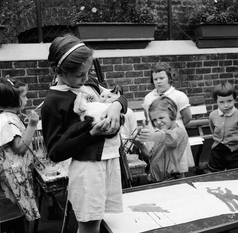 Children using a cat as a model for their painting in the rooftop playground of the Jones Centre of the Children's Aid Society in New York City, 1955. Photo: Carl Purcell, Getty Images / Hulton Archive