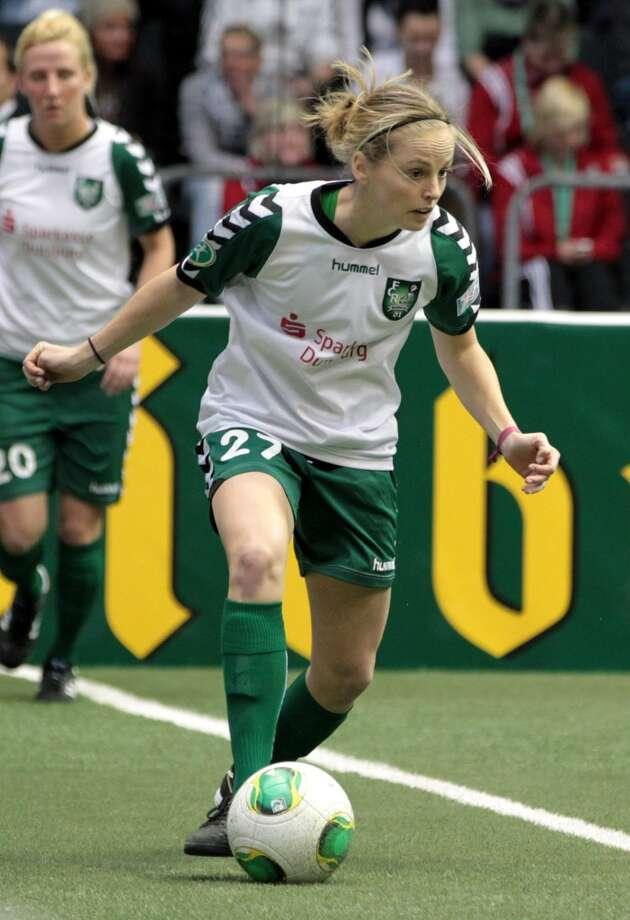 Elli ReedPosition: defenderAge: 23Hometown: Salt Lake CityLast club: FCR 2001 Duisberg (German Women's Fußball-Bundesliga)