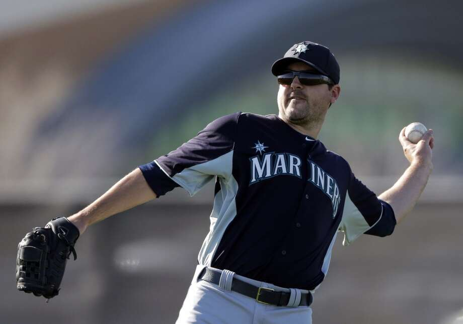 Mariners pitcher Joe Saunders throws during a spring training workout Monday in Peoria, Ariz.