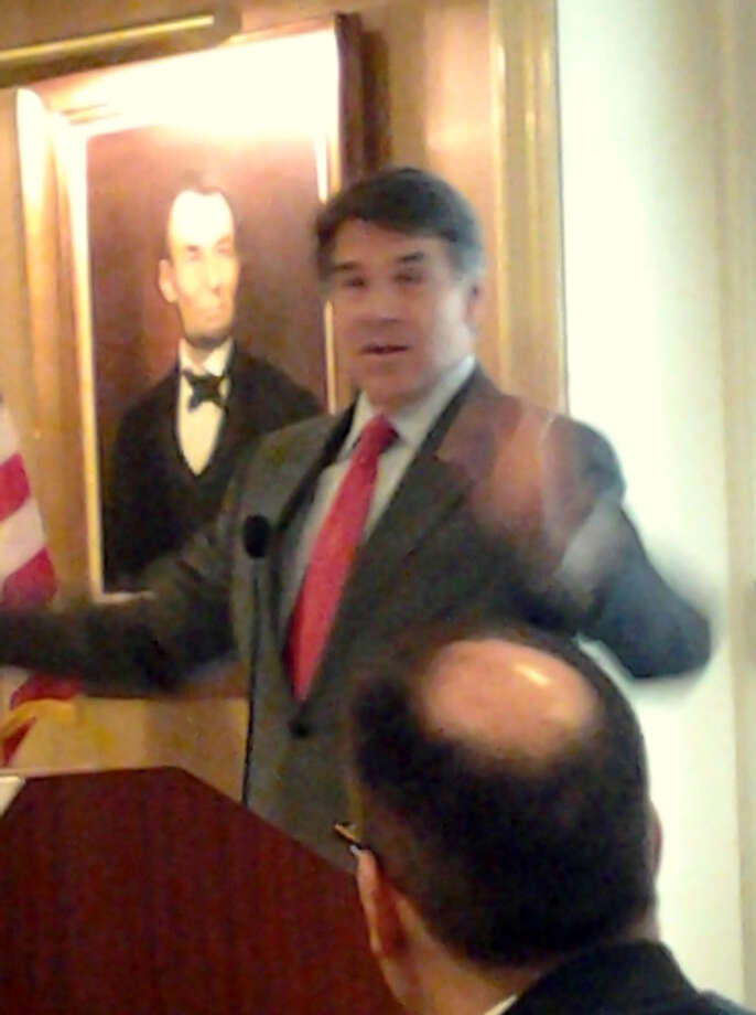 The governor gesticulates. Photo: Picasa