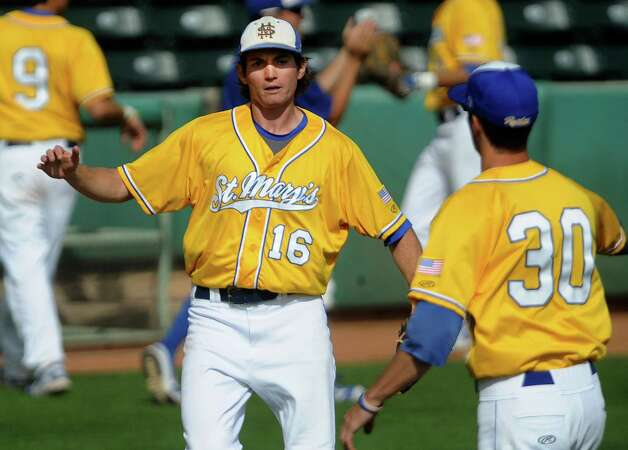 St. Mary's Carl O'Neal pitched a one-hitter to beat Oklahoma Panhandle State 1-0. O'Neal won his 21st straight game to tie the Division II mark, according to NCAA records.  O'Neal greets first-baseman Derek Moczygemba after a third out. Photo: Billy Calzada, Express-News / San Antonio Express-News