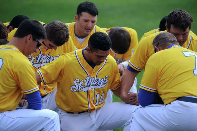 St. Mary's Carl O'Neal pitched a one-hitter to beat Oklahoma Panhandle State 1-0. O'Neal won his 21st straight game to tie the Division II mark, according to NCAA records.  The St. Mary's baseball team says a prayer before the game. Photo: Billy Calzada, Express-News / San Antonio Express-News