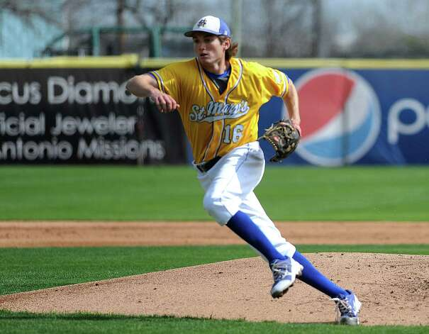 St. Mary's Carl O'Neal pitched a one-hitter to beat Oklahoma Panhandle State 1-0. O'Neal won his 21st straight game to tie the Division II mark, according to NCAA records.  O'Neal chases down a batted ball. Photo: Billy Calzada, Express-News / San Antonio Express-News