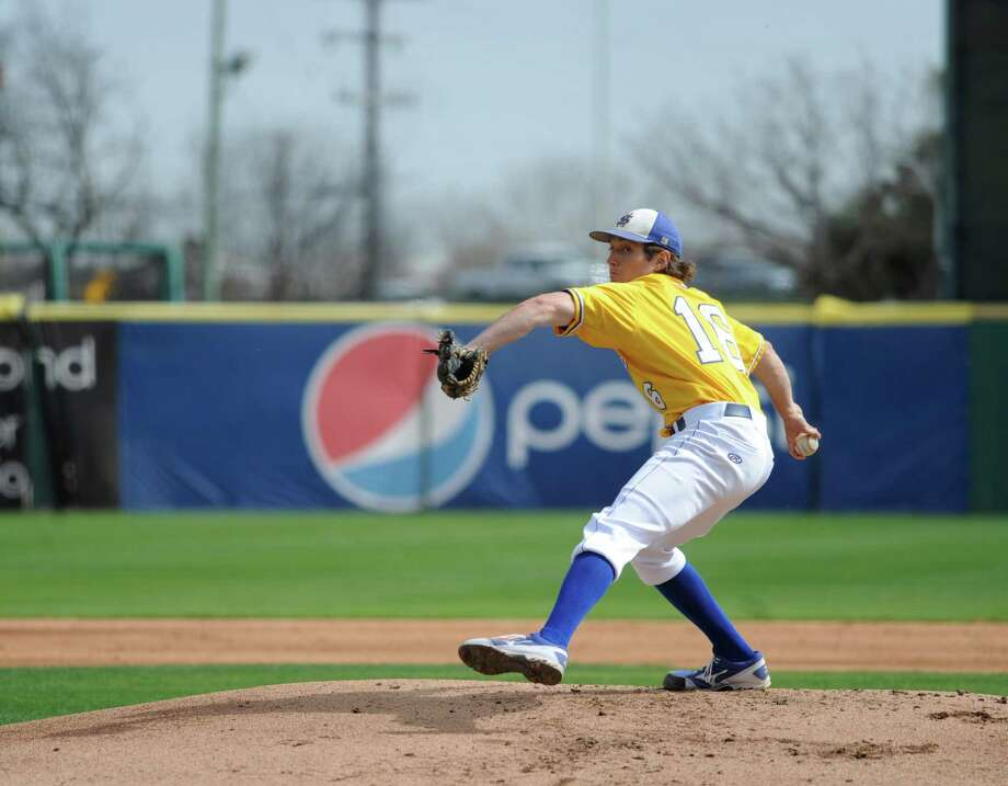 St. Mary's Carl O'Neal pitched a one-hitter to beat Oklahoma Panhandle State 1-0. O'Neal won his 21st straight game to tie the Division II mark, according to NCAA records. Photo: Billy Calzada, Express-News / San Antonio Express-News