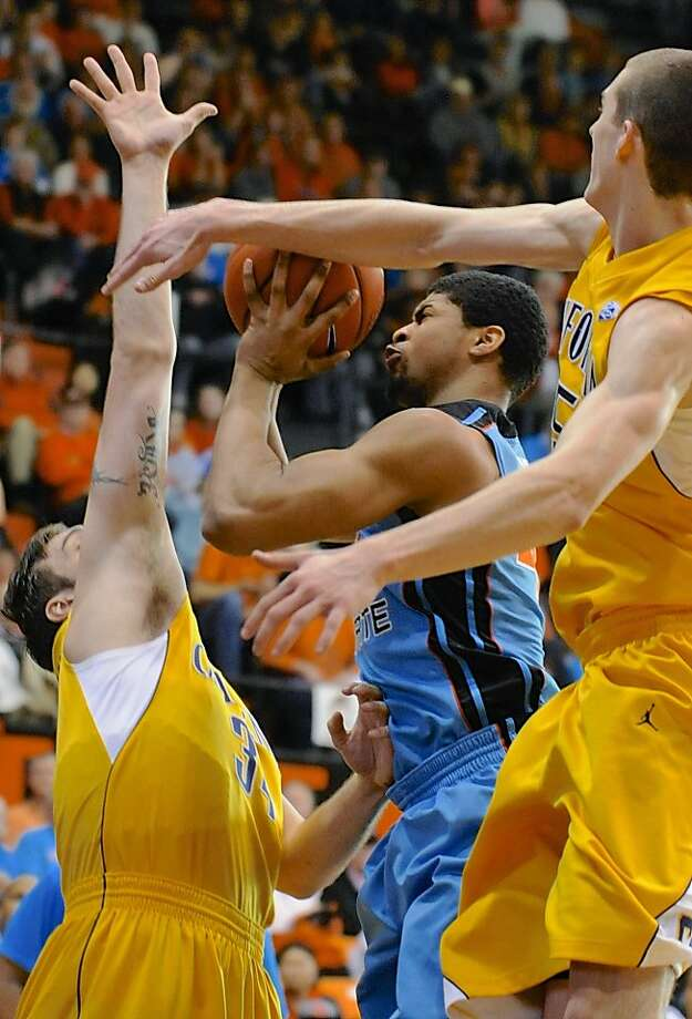 Devon Collier, who scored Oregon State's final six points, goes up between Cal's Robert Thurman (left) and David Kravish. Photo: Greg Wahl-Stephens, Associated Press