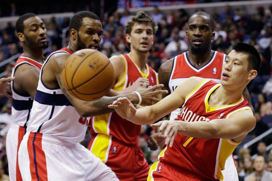 Jeremy Lin passes the ball in front of Trevor Booker.