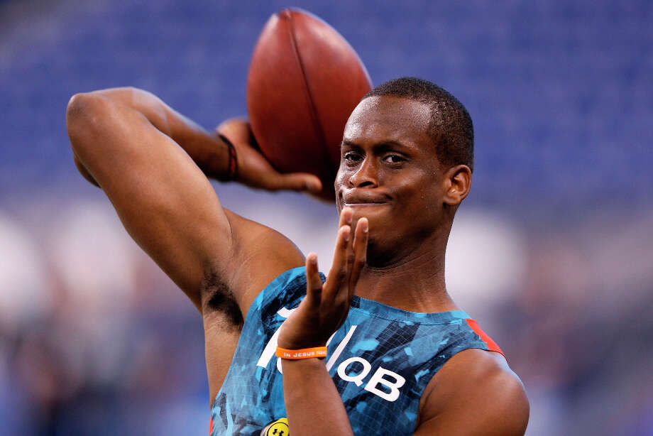 Geno Smith of West Virginia partakes in a throwing drill. Photo: Joe Robbins / 2013 Getty Images