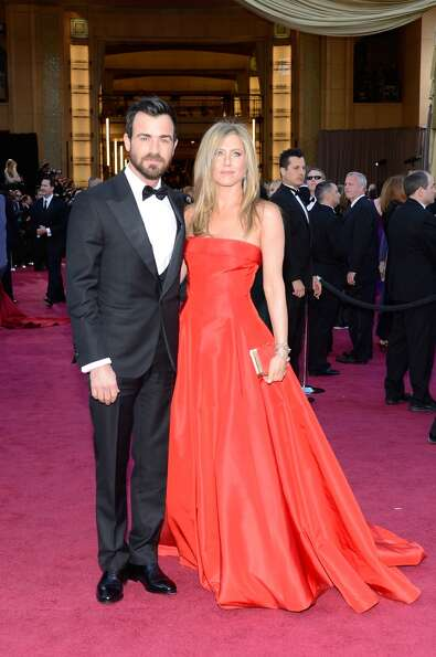 HOLLYWOOD, CA - FEBRUARY 24:  Actors Justin Theroux and Jennifer Aniston arrive at the Oscars at Hol