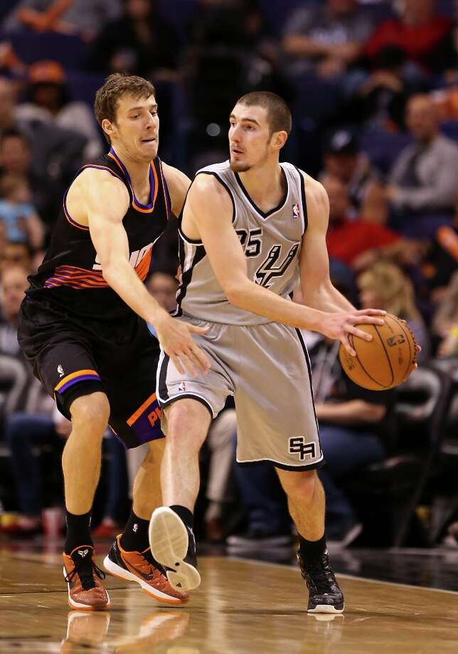 Nando de Colo #25 of the Spurs looks to pass the ball around Goran Dragic #1 of the Suns at US Airways Center on Feb. 24, 2013 in Phoenix. Photo: Christian Petersen, Getty Images / 2013 Getty Images