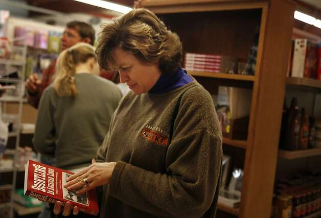 "Jan Smith of Cullman, Ala., looks at a copy of ""Boontling: An American Lingo"" at the Anderson Valley Market. Photo: Lea Suzuki, The Chronicle"