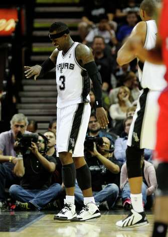 The Spurs' Stephen Jackson (03) grimaces after injuring his pinkie finger against the Los Angeles Clippers in the first half of their game at the AT&T Center on Monday, Nov. 19, 2012. Photo: Kin Man Hui, San Antonio Express-News / © 2012 San Antonio Express-News