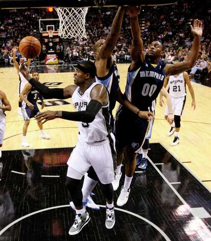 The Spurs' Stephen Jackson goes under the basket as Memphis Grizzlies' Marreese Speights, center, and Darrell Arthur defend during the first half at the AT&T Center, Wednesday, Jan. 16, 2013. The Spurs won 103-82. Photo: Jerry Lara, San Antonio Express-News / © 2013 San Antonio Express-News