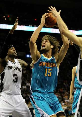 The Spurs' Stephen Jackson (3) defends the paint against New Orleans Hornets' Robin Lopez (15) in the first half on Wednesday, Jan. 23, 2013. Photo: Kin Man Hui, San Antonio Express-News / © 2012 San Antonio Express-News