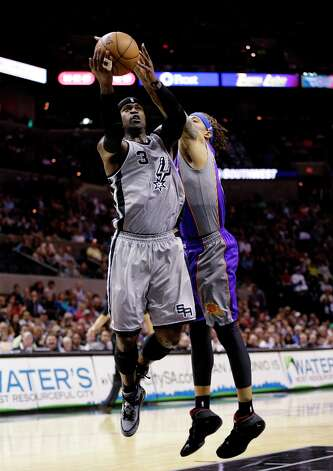 The Spurs' Stephen Jackson, left, is defended by Phoenix Suns' Michael Beasley, right, during the first quarter Saturday, Jan. 26, 2013, in San Antonio. Photo: Eric Gay, Associated Press / AP