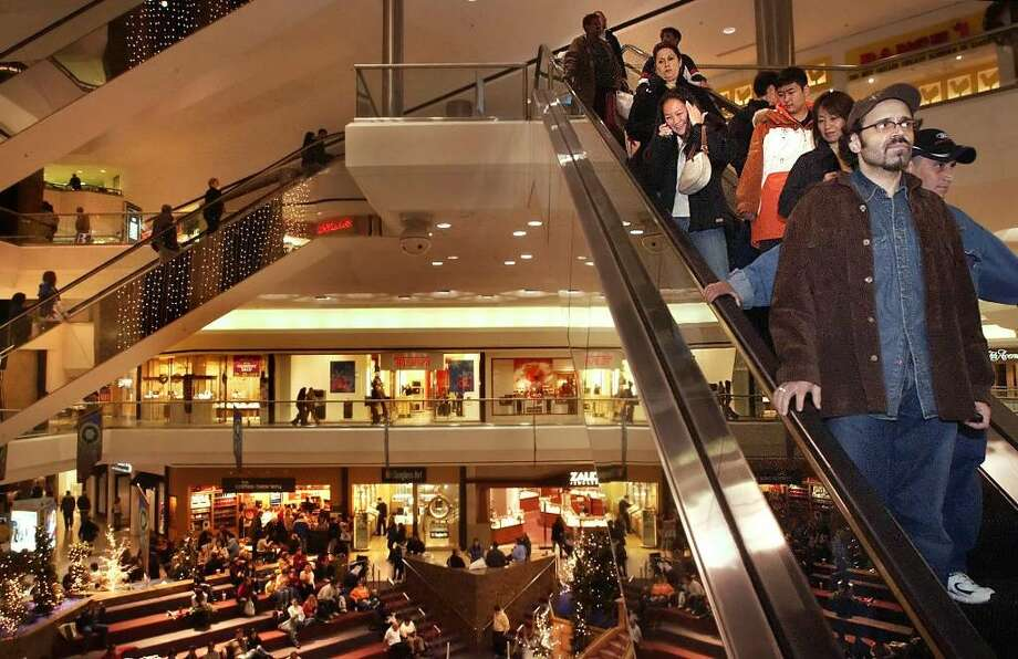 Shoppers crowd Stamford Town Center on Black Friday. Photo: Andrew Sullivan, Andrew Sullivan/Staff File Photo / Stamford Advocate