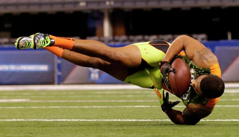 Florida defensive back Matt Elam makes a diving catch during a drill on Tuesday. Photo: Dave Martin