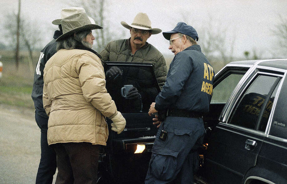 Federal and local law enforcement officials confer at a roadblock near the Mount Carmel compound of the Branch Davidians cult near Waco, Texas on Tuesday, March 2, 1993. Photo: Ron Heflin, AP / AP