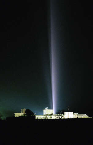 A searchlight cuts through the night sky behind the Branch Davidian compound near Waco, Texas on Tuesday, April 7, 1993. The religious cult has been under siege since the Bureau of Alcohol, Tobacco and Firearms raid on February 28. Photo: David Phillip, AP / AP