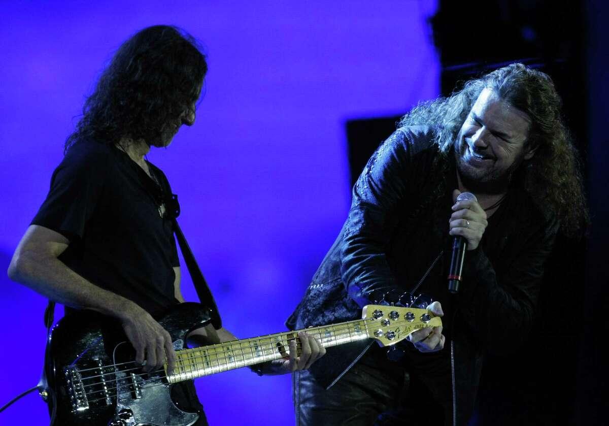La banda Maná incluye Fher Olvera (derecha) y Juan Diego Calleros. Para celebrar sus 25 años juntos tocaron sus más grandes exitos en el Festival Internacional de la Canción de Viña del Mar, Chile.