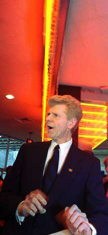 Concert pianist Van Cliburn makes a promotional appearance at a New York record store on Friday, March 18, 1994. Photo: Mark Lennihan, Associated Press