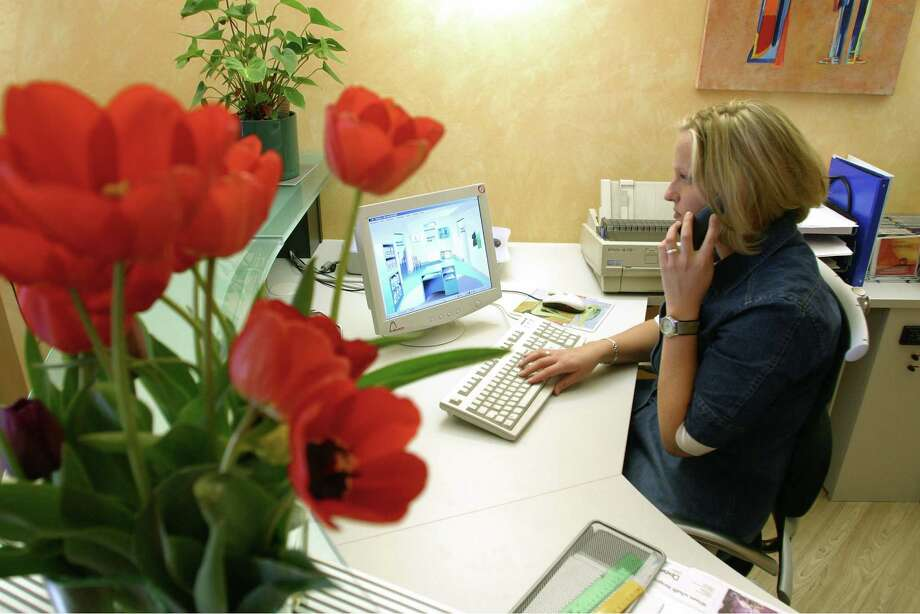 6. Administrative services managers (tie): 13.6 percent hated their manager.  Photo: Ulrich Baumgarten, U. Baumgarten Via Getty Images / 2003 Ulrich Baumgarten