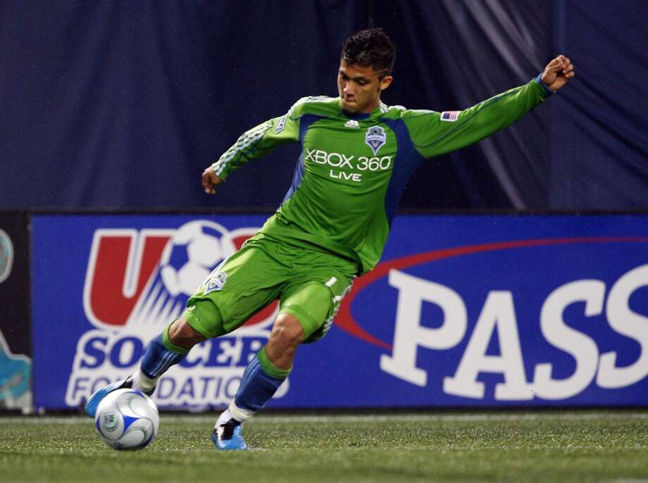 For the team's 2009 inaugural season, the Sounders mainly wore green jerseys with blue under-arm stripes, and usually green shorts. Note that they say ''Xbox 360 Live'' in full across the chest.