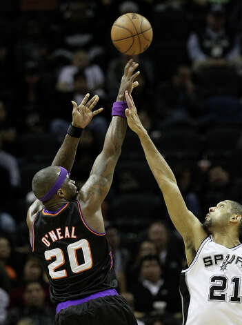Spurs' Tim Duncan (21) attempts to defend against Phoenix Suns' Jermaine O'Neal (20) in the second half at the AT&T Center on Wednesday, Feb. 27, 2013. Suns defeated the Spurs, 105-101. Photo: Kin Man Hui, San Antonio Express-News / © 2012 San Antonio Express-News